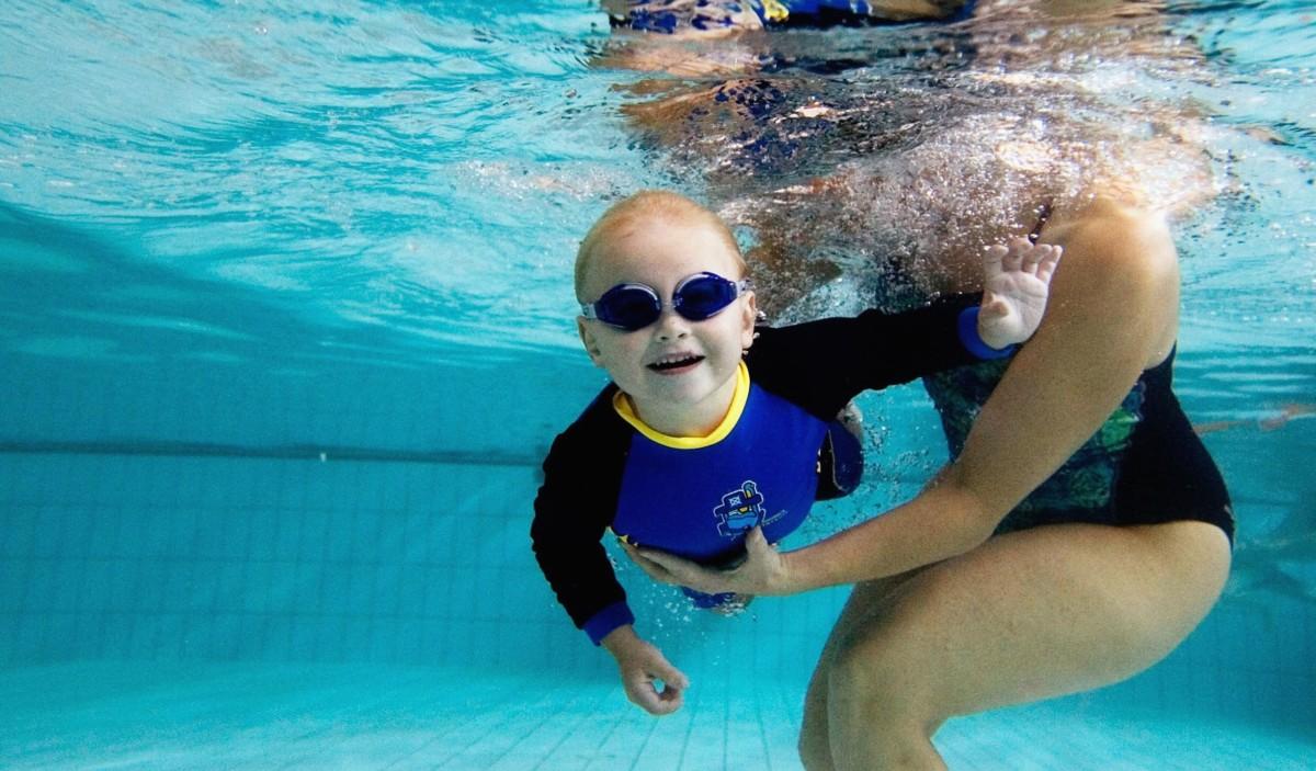 Benessere Femminile kid-swim-lesson_73800535 Il nuoto può essere davvero utile per il neonato?