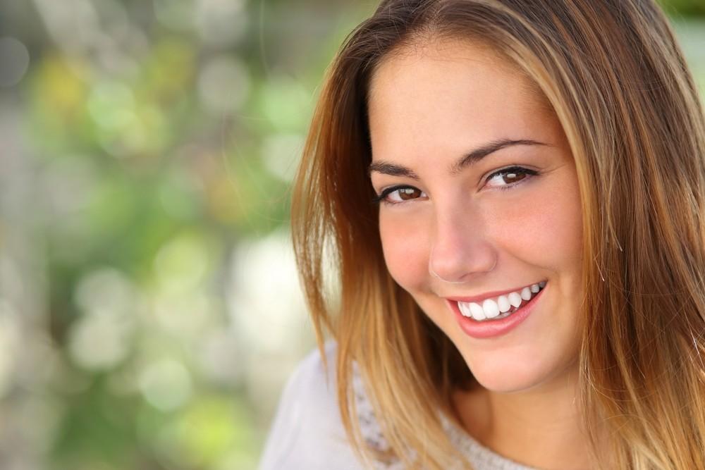 Benessere Femminile smiling-girl Spotting e pillola: un legame complicato